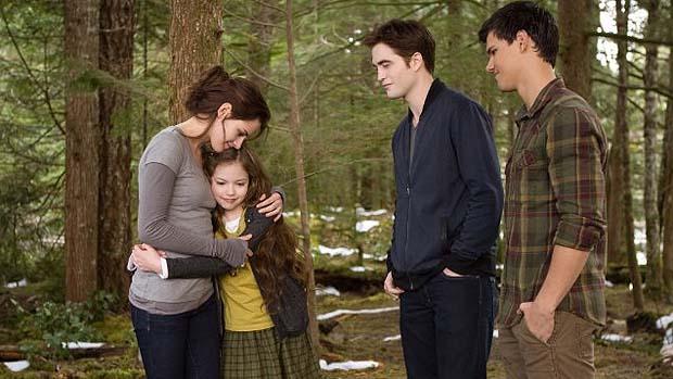 Kristen Stewart, Taylor Lautner, Robert Pattinson e Mackenzie Foy em cena de Crepúsculo: Amanhecer - Parte 2