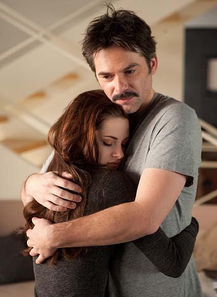 Billy Burke e Kristen Stewart em cena de Crepúsculo: Amanhecer - Parte 2