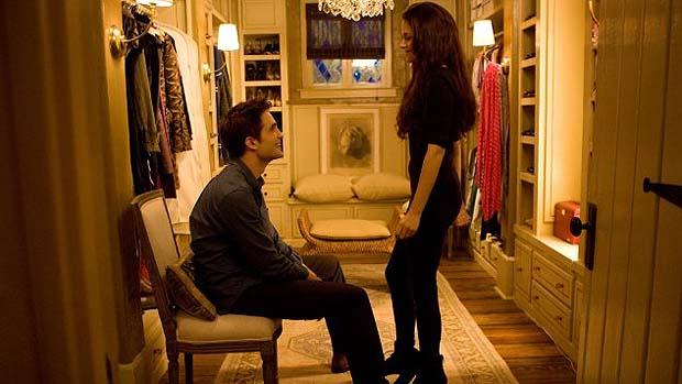 Kristen Stewart e Robert Pattinson em cena de Crepúsculo: Amanhecer - Parte 2
