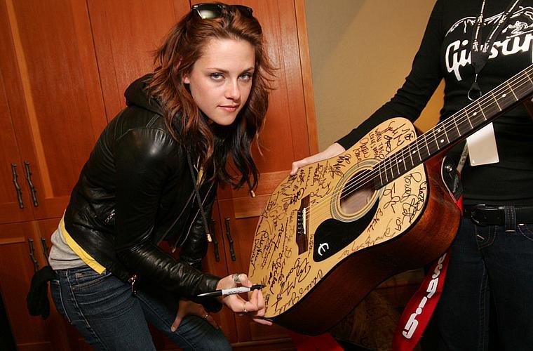 Kristen autografa um violão no Film Festival, nos Estados Unidos, em janeiro de 2009.