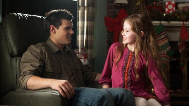 Taylor Lautner e Mackenzie Foy no filme Crepúsculo: Amanhecer - Parte 2