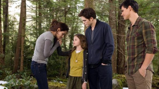 Kristen Stewart, Robert Pattinson, Mackenzie Foy e Taylor Lautner no filme Crepúsculo: Amanhecer - Parte 2