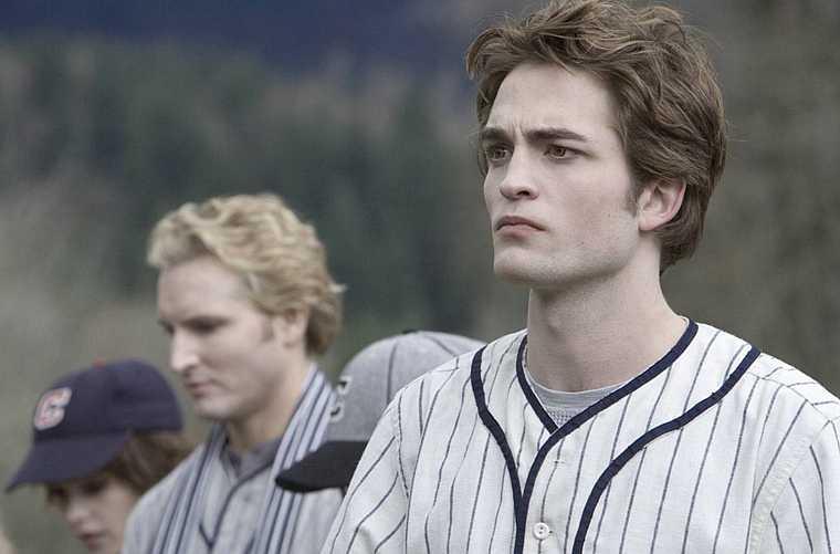 Edward tem dificuldade de proteger Bella dos outros vampiros.