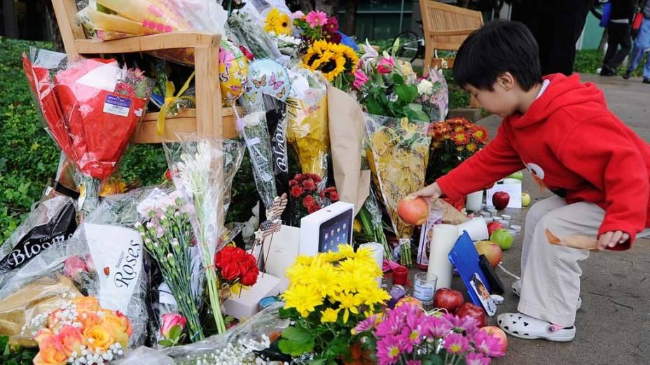 Filho de funcionário da Apple homenageia Jobs em memorial na frente da sede da empresa na Califórnia