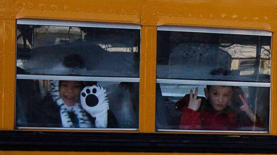Sobreviventes da escola Sandy Hook voltam às aulas nesta quinta-feira (03). Alunos retornam aos estudos pela primeira vez desde massacre