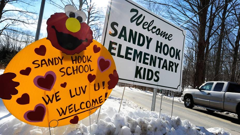 Os alunos da escola primária Sandy Hook retornam as aulas nesta quinta-feira (3)