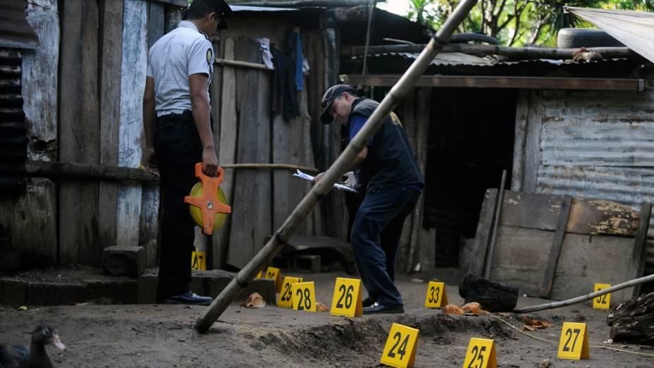 Equipe de perícia trabalha no local onde sete pessoas foram assassinadas em Las Escobas, Guatemala