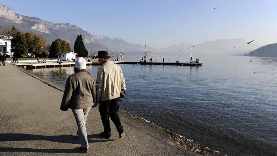 Foto de 2011 mostra a margem do lago de Annecy