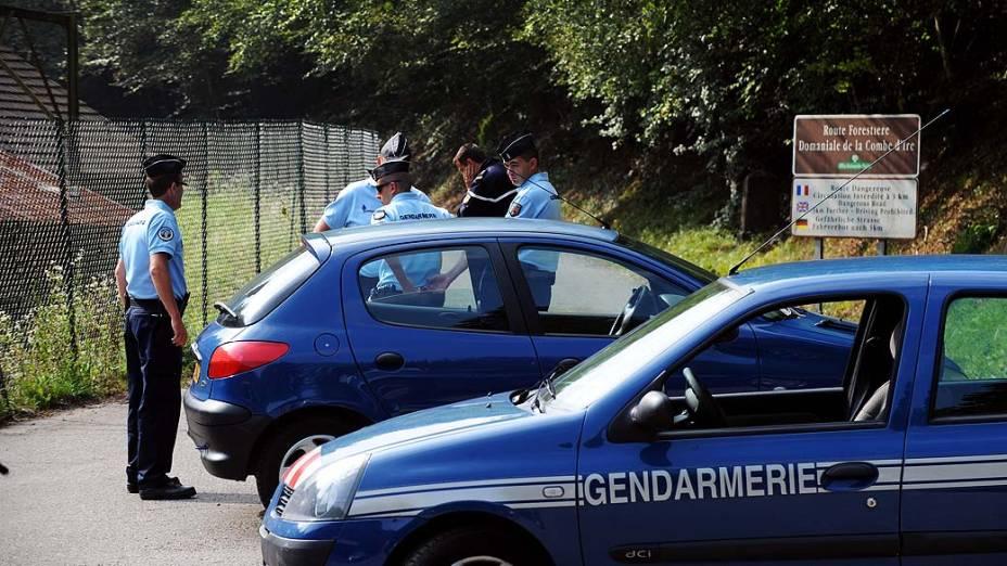 Policiais bloqueiam estrada que leva ao local do crime em que quatro pessoas foram assassinadas em Chevaline, França