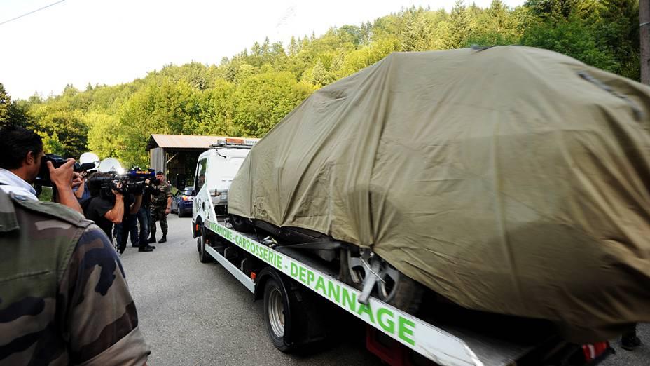 Caminhão leva carro em que supostamente ocorreu o crime em que quatro pessoas foram assassinadas em Chevaline, França