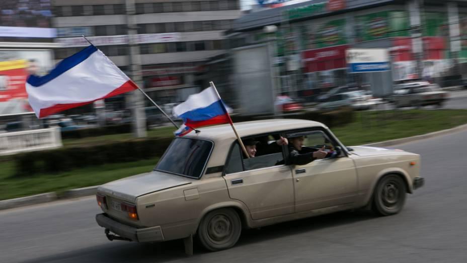 Manifestação pró-Rússia nas ruas da cidade ucraniana de Simferopol