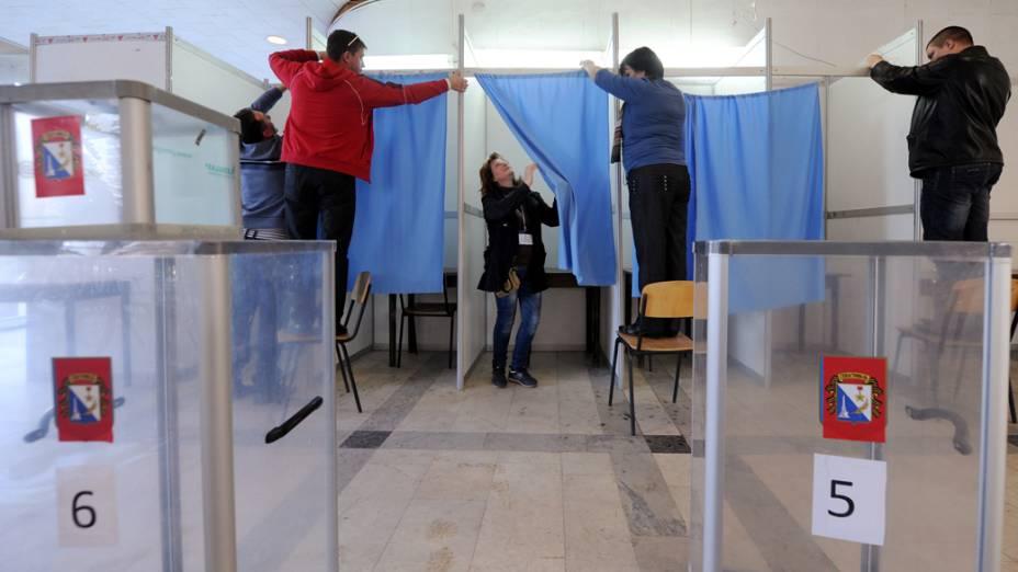 Em Sevastopol, funcinários arrumam local de votação para o referendo do dia 16/03/2014