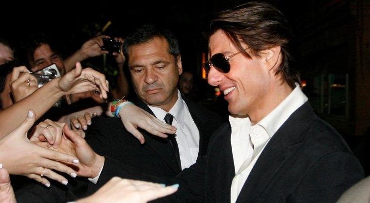 Tom Cruise cumprimenta fãs na saída do hotel em Copacabana: simpatia