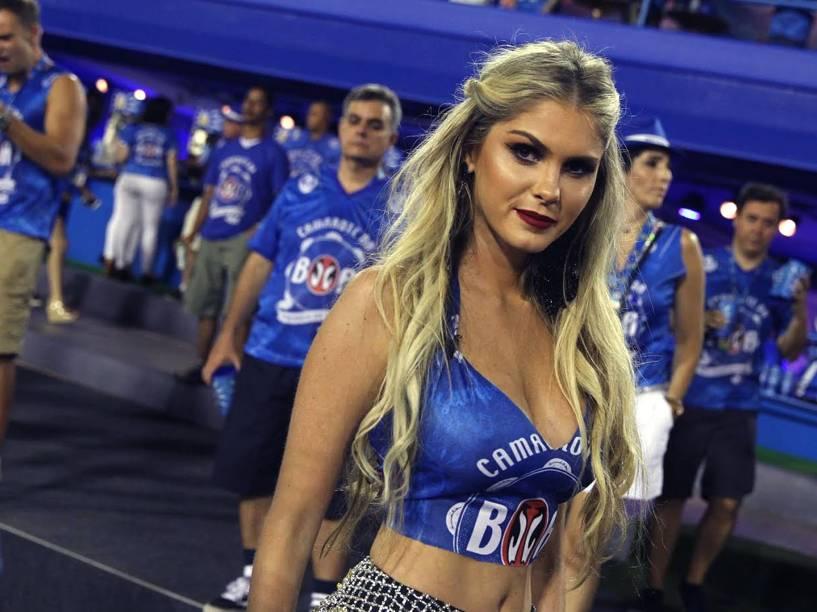 Bárbara Evans acompanha os desfiles do Grupo Especial na Sapucaí, no Rio
