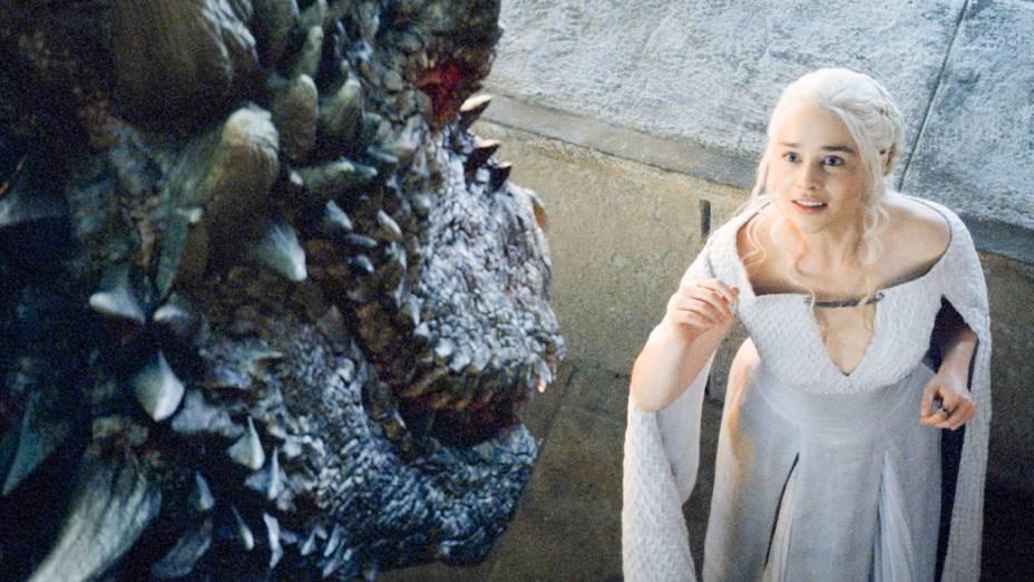 Daenerys Targaryen (Emilia Clarke) e seu dragão Drogon na quinta temporada de Game of Thrones