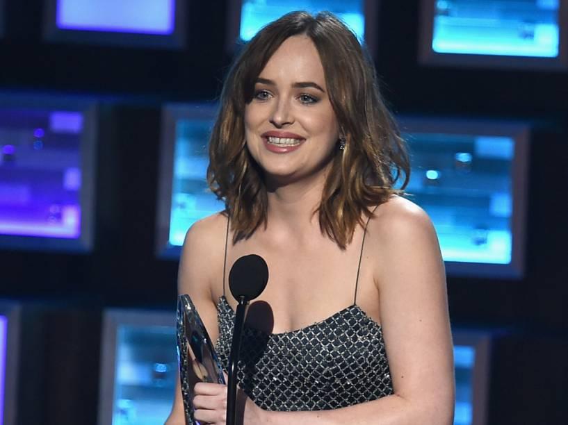 Dakota Johnson, de Cinquenta Tons de Cinza, leva prêmio de atriz em filme dramático  no People's Choice Awards 2016