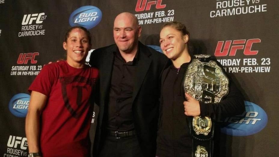 Dana White com Liz Carmouche e Ronda Rousey