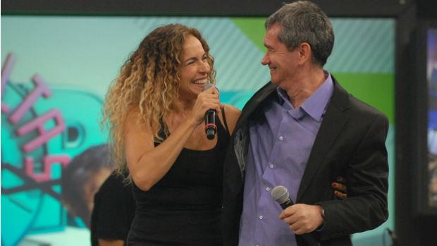 Daniela Mercury no programa <em>Altas Horas</em>, com Serginho Groisman