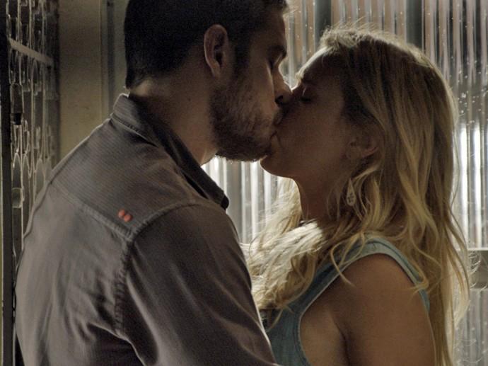 Dante (Marco Pigossi) beija Lara (Carolina Dieckmann) em A Regra do Jogo