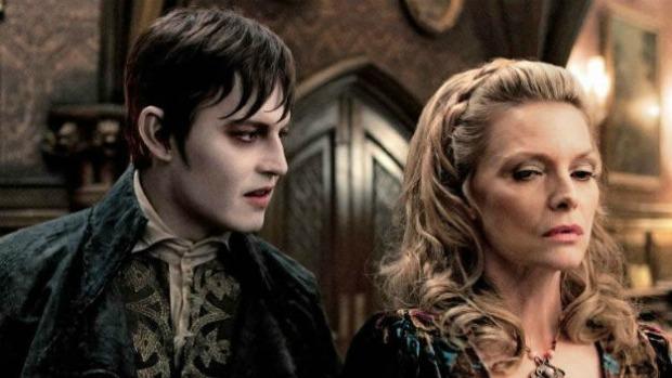 Cena do filme Sombras da Noite, com Johnny Depp e Michelle Pfeiffer e direção de Tim Burton