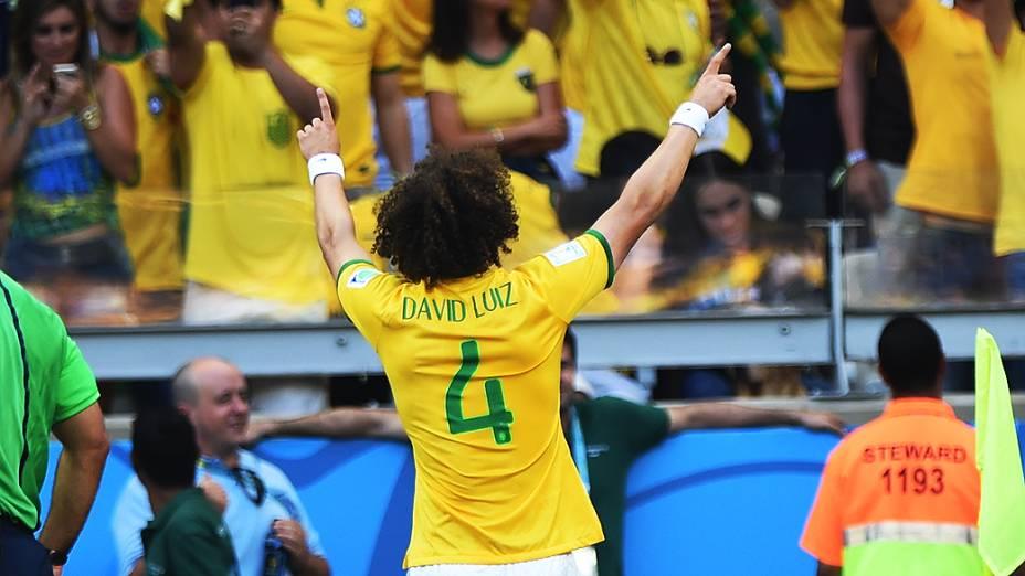 David Luiz comemora gol contra o Chile