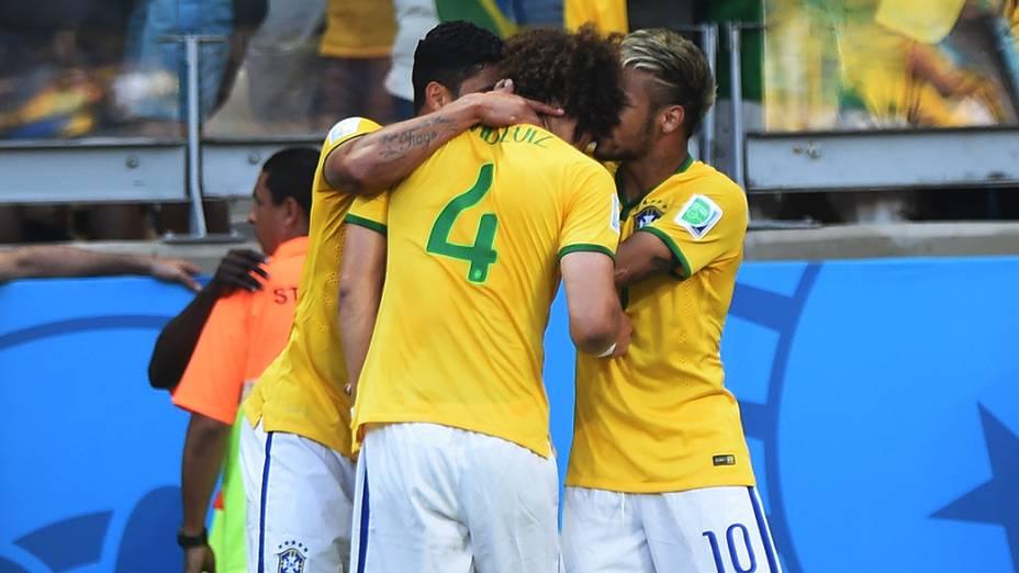 Brasileiros comemoram gol contra o Chile