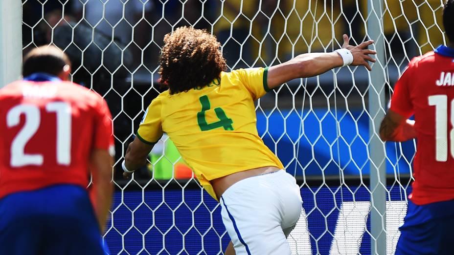 David Luiz marca o primeiro gol do Brasil contra o Chile