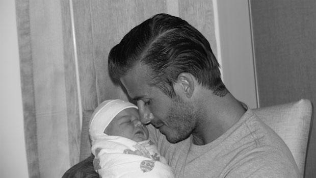 David Beckham segura a filha Harpen Seven. O casal Beckham usou as redes sociais para divulgar primeiras fotos da filha - 17/07/2011