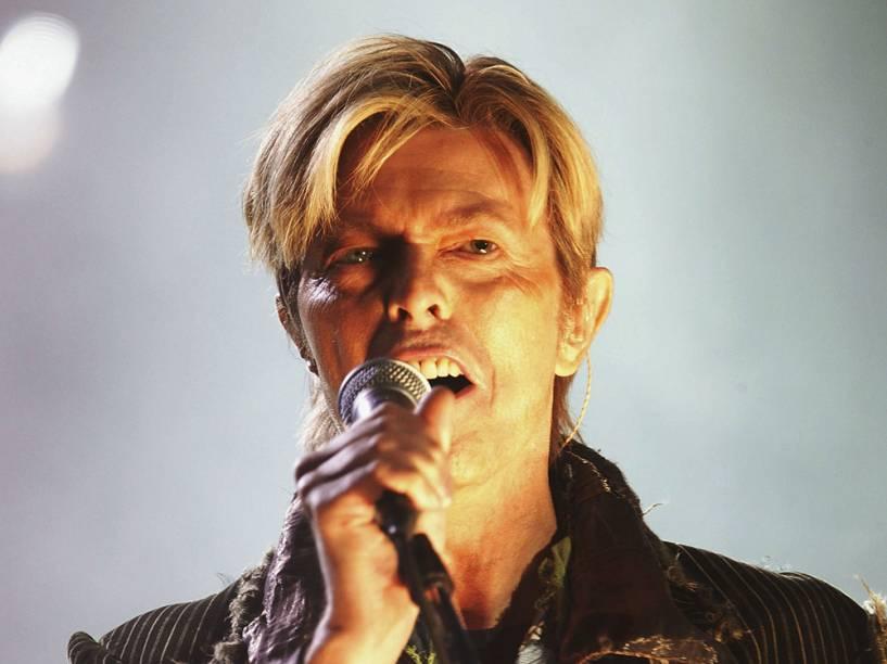 David Bowie durante show no Reino Unido, em 2004