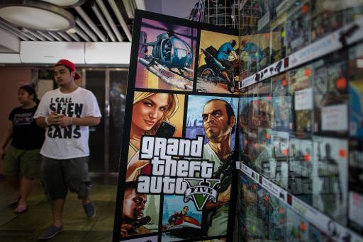 Um homem perto de um painel do jogo Grand Theft Auto V, em Hong Kong