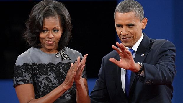 Ao fim do encontro, Obama cumprimenta plateia ao lado da primeira-dama, Michelle