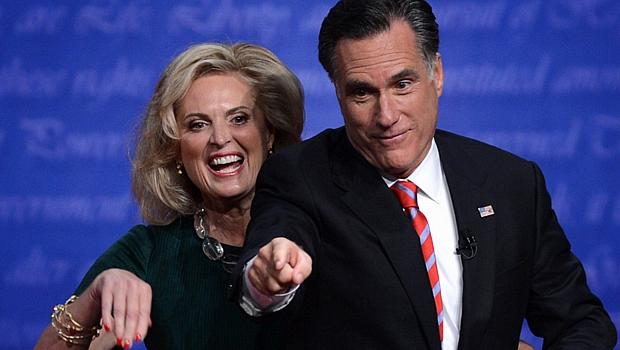 Romney, com a mulher Ann, buscou demonstrar otimismo no final