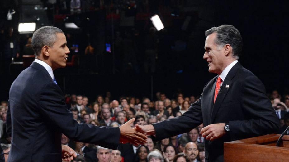 Mitt Romney e Barack Obama se cumprimentam antes do primeiro debate da disputa à Presidência dos Estados Unidos