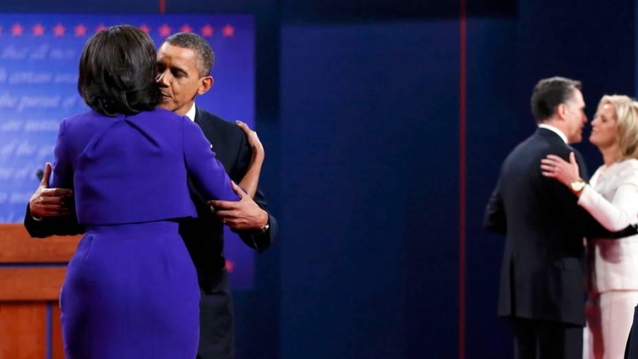 O presidente americano Barack Obama abraça sua esposa antes do debate
