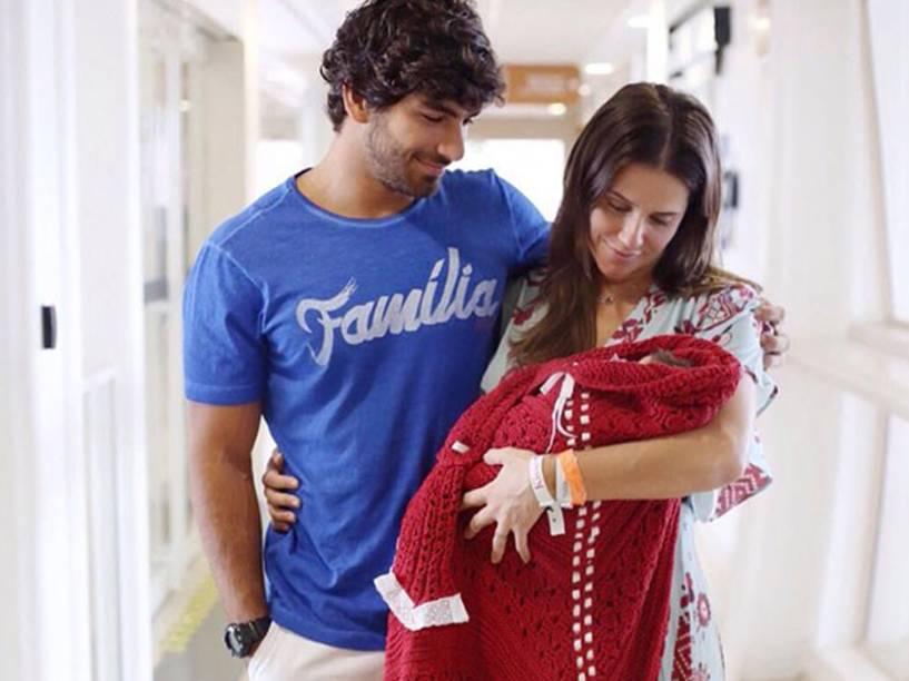Deborah Secco e Hugo Moura saem da maternidade com a filha Maria Flor