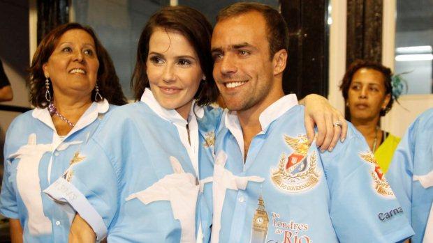 A atriz Deborah Secco e o jogador de futebol Roger Flores no Sambódromo do Rio de Janeiro. Eles desfilam pela União da Ilha