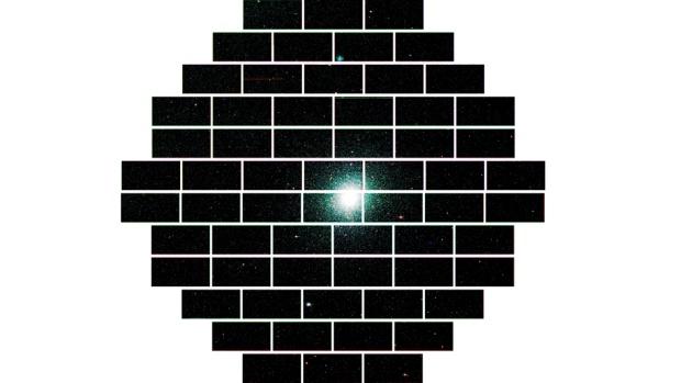 Composição completa com todas as imagens obtidas pela Câmera de Energia Escura do aglomerado estelar 47 Tucanae, encontrado a 17.000 anos-luz da Terra