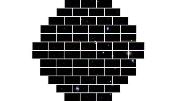 Imagem completa do aglomerado de galáxias Fornax, obtidas pela Câmera de Energia Escura. O centro do aglomerado está localizado na porção superior da imagem. A galáxia que se destaca na parte baixa da imagem é a galáxia espiral barrada NGC 1365