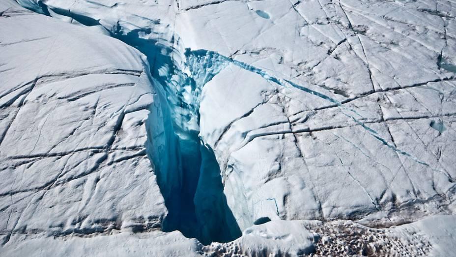 Abertura que drena água da superfície até a base da calota polar, de onde as ligações de drenagem levam ao oceano