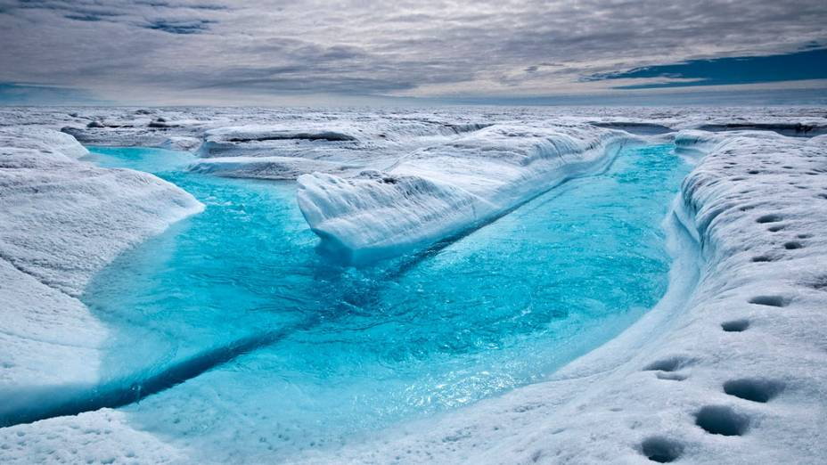 Todos os anos canais como este são formados pelo derretimento de gelo na Groenlândia, fenômeno causado pela elevação de temperatura