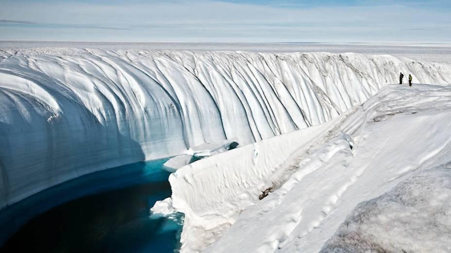 Ao longo de vários anos, o transbordamento de um lago formado por gelo derretido abriu este cânion