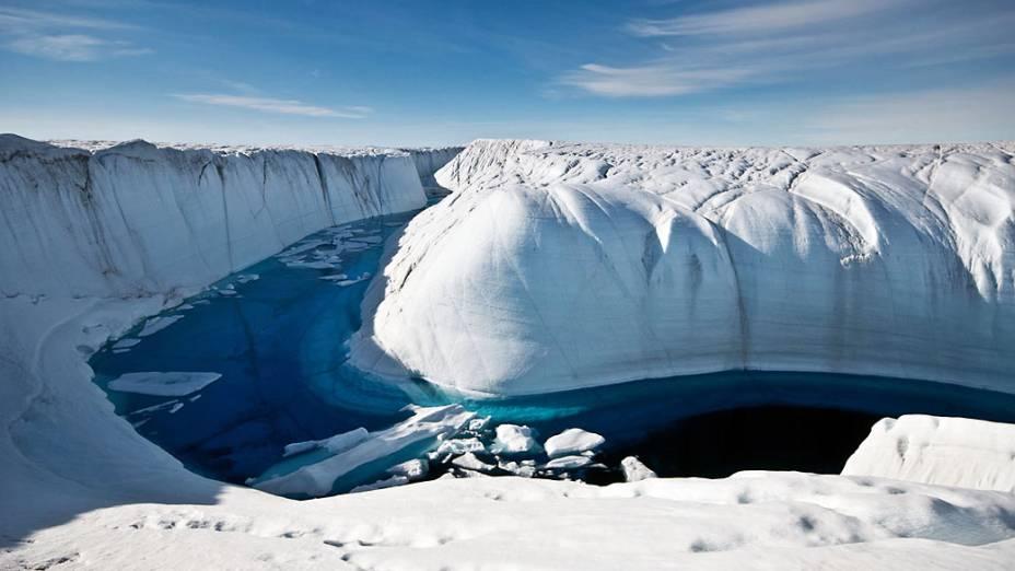 Por diversos verões este canal transportou água transbordada de um lago para uma abertura no gelo, que drena a substância