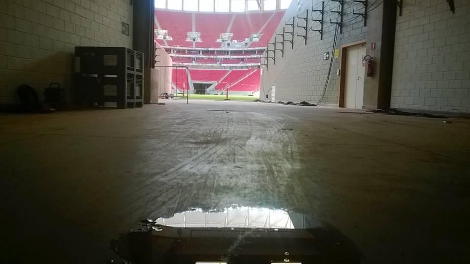 Água parada no piso do estádio