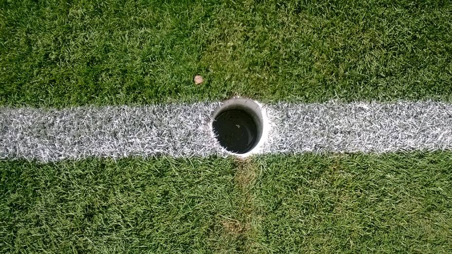 Água parada no buraco da trave