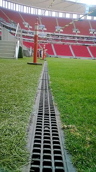 Calha lateral do gramado