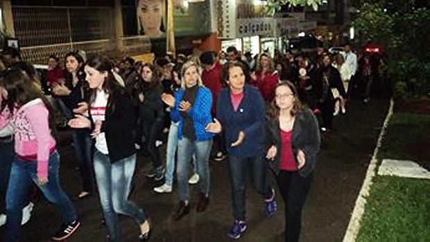 Campanhas foram criadas na Internet e pessoas saíram às ruas pedindo justiça pela morte de Bernardo