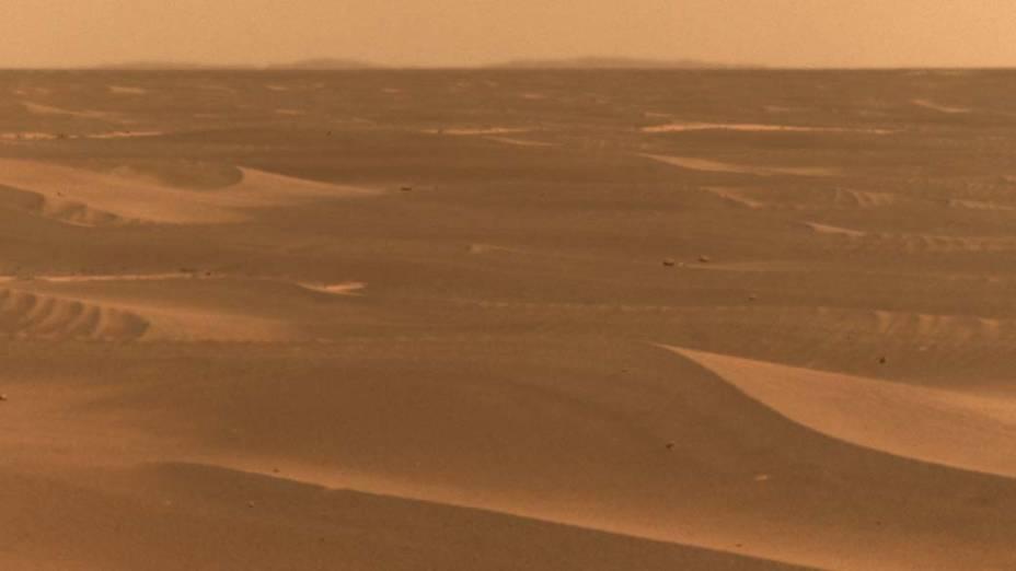 <p>Foto tirada pelo veículo da NASA Opportunity. A paisagem desértica está dentro de uma das gigantescas crateras do planeta vermelho.</p>
