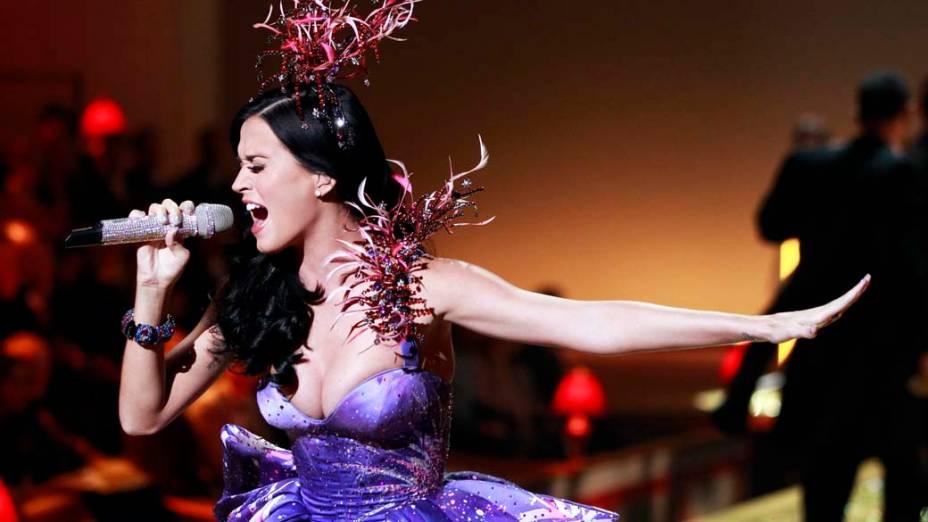 A cantora Katy Perry se apresenta no desfile da Victorias Secret em Nova York