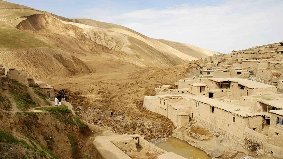 Afegãos observam o trabalho de resgate em Badakhshan neste sábado (3). Um enorme deslizamento atingiu uma aldeia na província de Badakhshan nesta sexta-feira (2), autoridades locais confirmam mais de dois mil mortos
