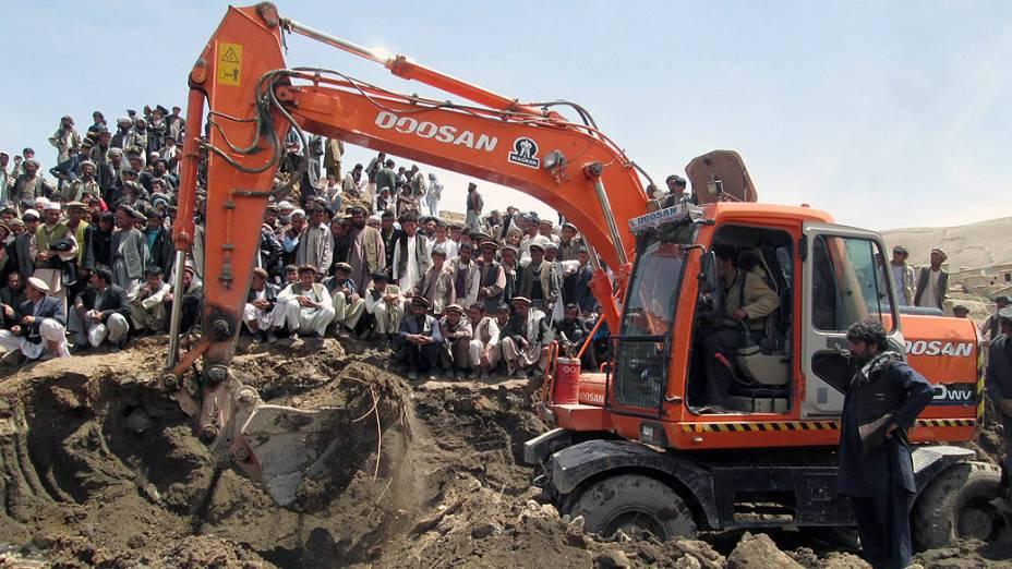 Afegãos observam o trabalho de resgate em Badakhshan neste sábado (3). Um enorme deslizamento atingiu uma aldeia na província de Badakhshan nesta sexta-feira (2)